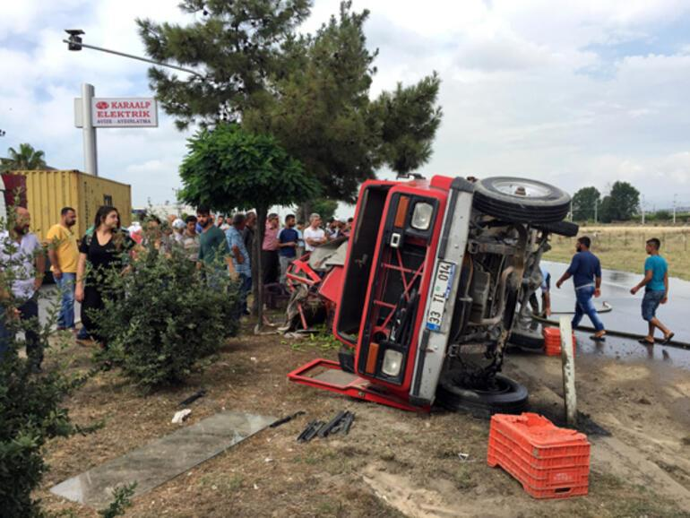 Tarım işçisi taşıyan kamyonet TIR'a çarptı: 3 ölü, 5 yaralı