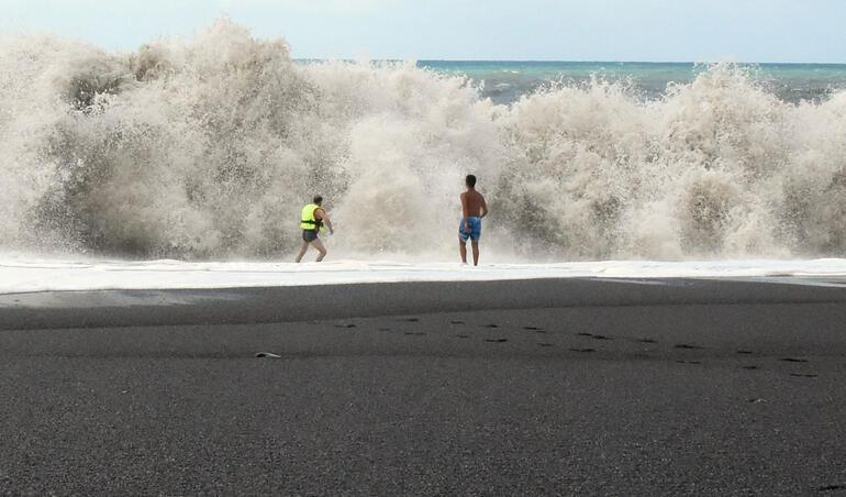 Serinlemek için denize girdiler Canlarını zor kurtardılar