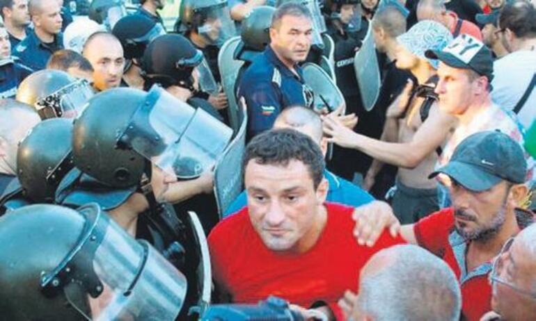 Türkler sokağa çıkmaya korkuyor, sosyal medyadan tehdit yağıyor