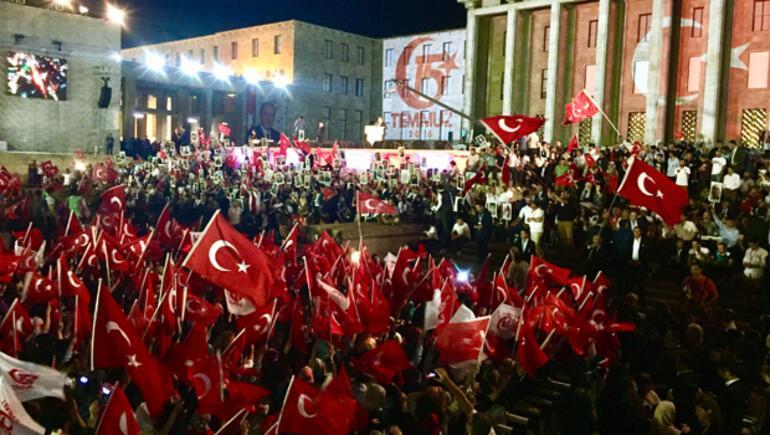 02.32'de binlerce kişi Meclis'te buluştu