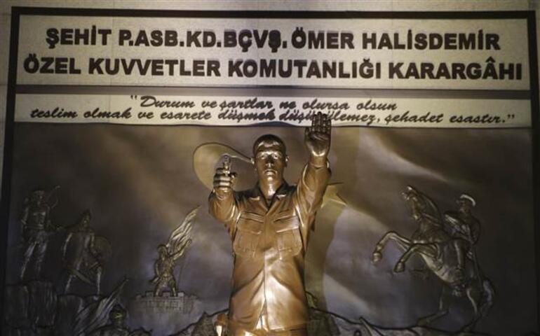 Ömer Halisdemir için şehit düştüğü anıt önünde tören