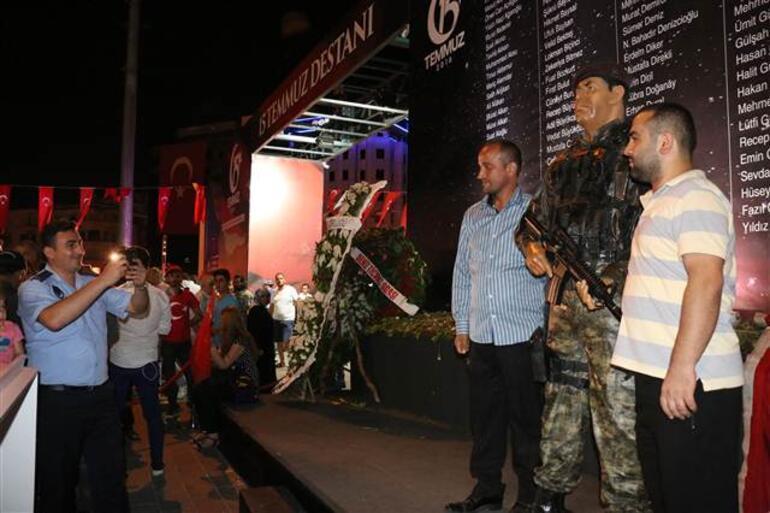 Vatandaşlar Şehit Ömer Halisdemir heykeliyle fotoğraf çekmek için kuyrukta bekledi
