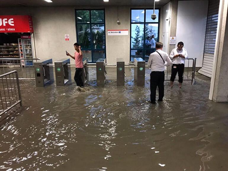 İstanbulda metro istasyonlarını su bastı
