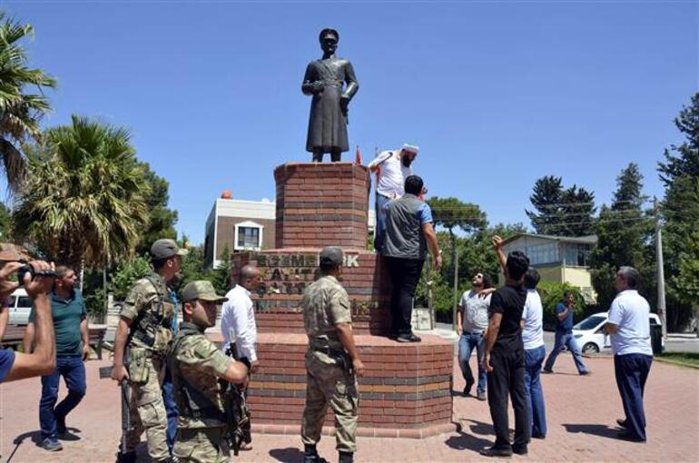 Siverekte Atatürk heykeli tahra ile saldırı