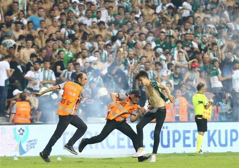 Futbolun önüne geçti... Rezillik bu...