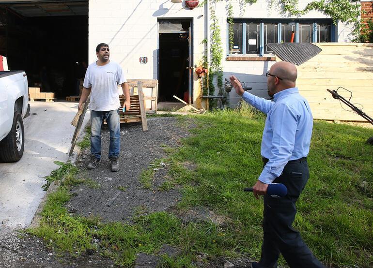 FETÖcü iş adamının müdürü AA ekibine odunla saldırdı