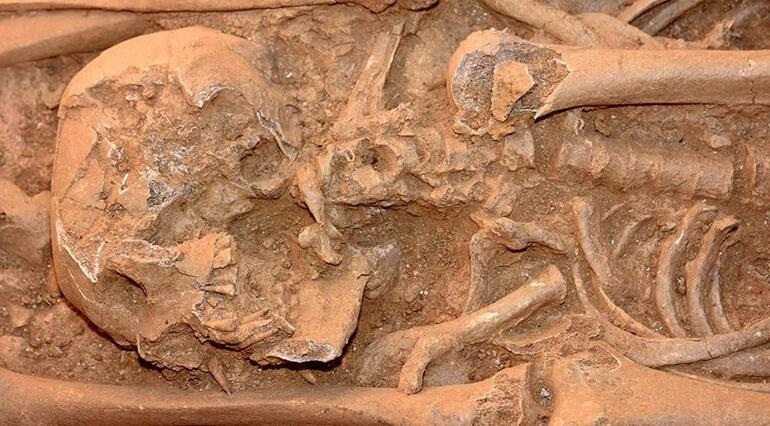 2 bin yıllık oda mezardan kazdıkça iskelet çıktı