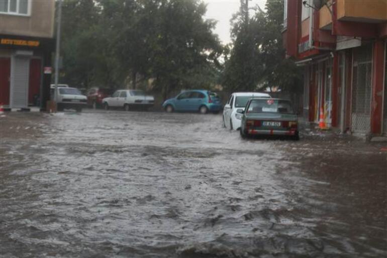 Meteoroloji uyardı, sıcaklıklar düşüyor... Kırklarelinde yağmur başladı, evleri su bastı