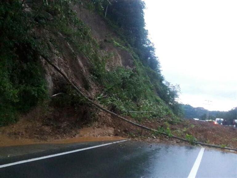 Rizede şiddetli yağış nedeniyle bir ilçede okullar tatil edildi, yol kapandı