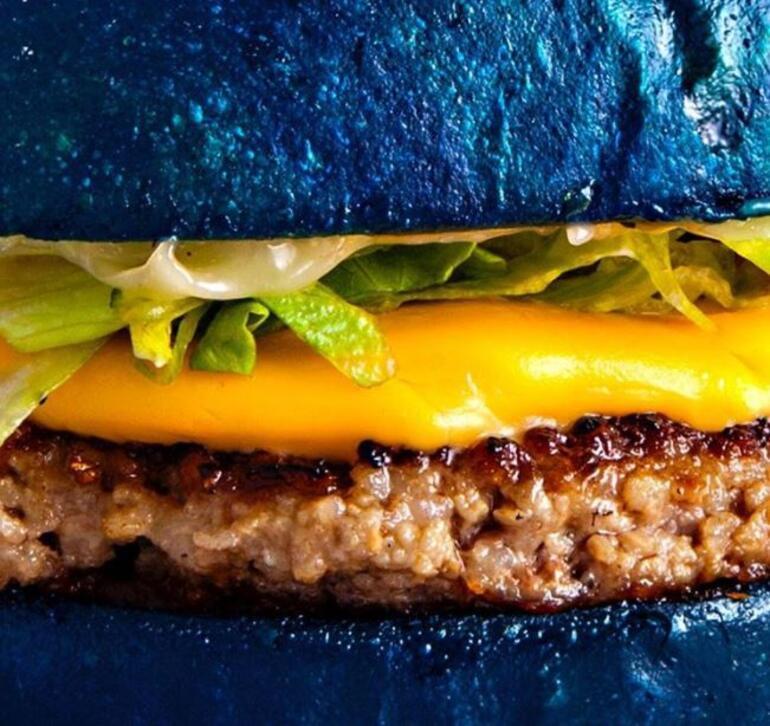 Yemek dünyasında yeni moda: Mavi hamburgerler