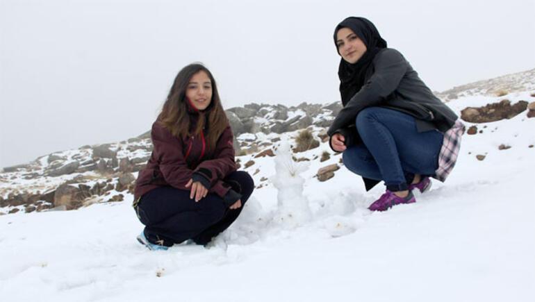 Kar kalınlığı 5 santimetreyi buldu, araçlar yolda kaldı