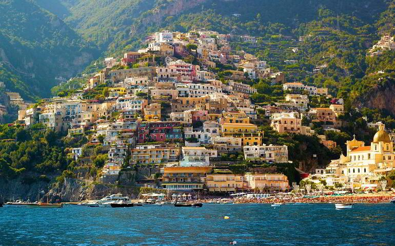 Yamaçların üzerinde bir kasaba: Amalfi 75