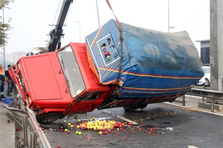 Son dakika... E-5te kamyonet devrildi Trafik kilitlendi