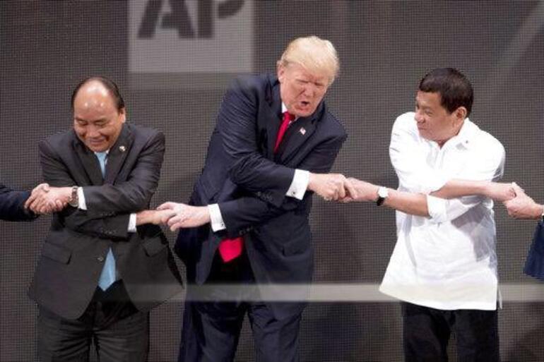 Trump el sıkışma töreninde şoke oldu