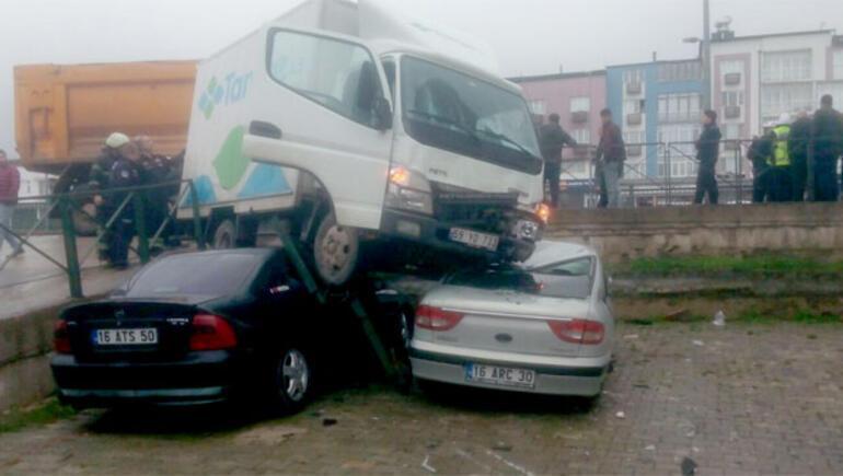 Bu sabah korkunç kaza Kamyonet liselilerin arasına daldı