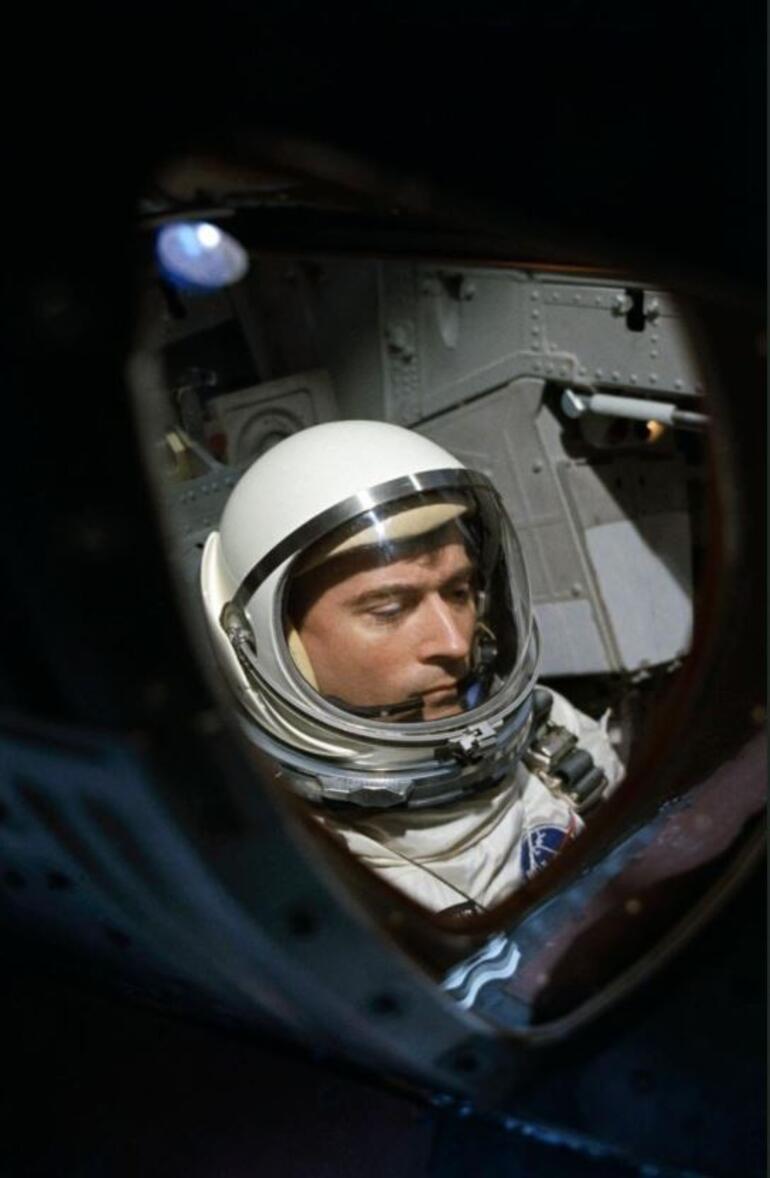 NASAnın efsanevi astronotu John Young yaşamını yitirdi