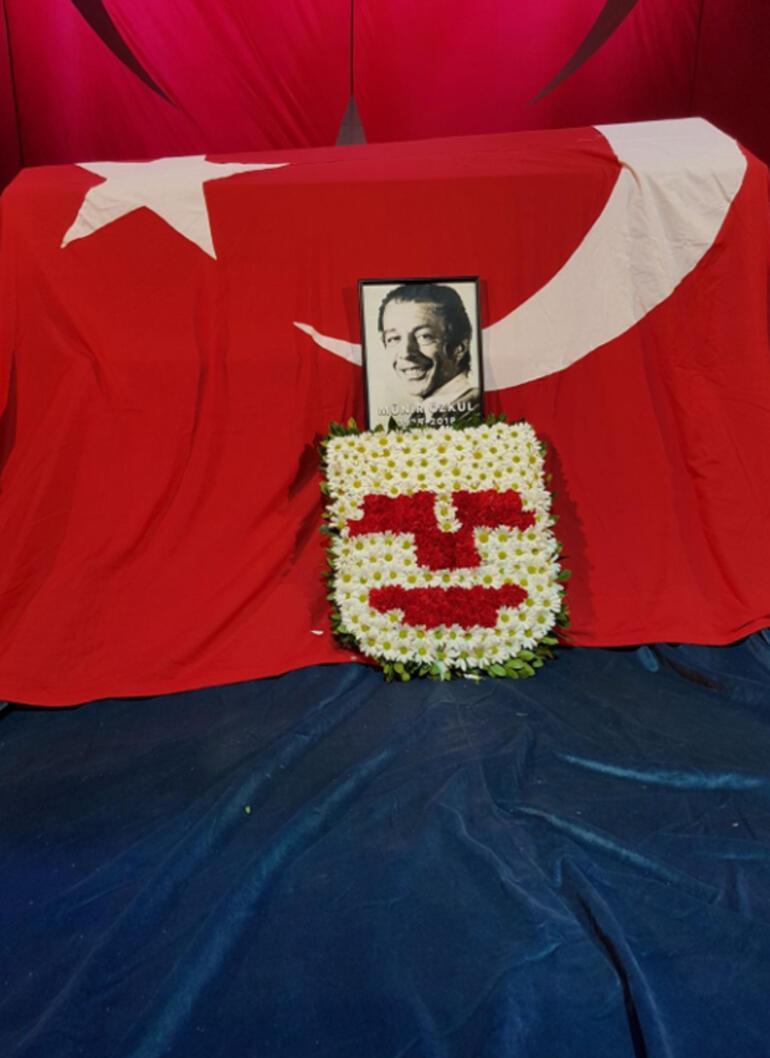 Münir Özkul bu sloganlarla uğurlandı...