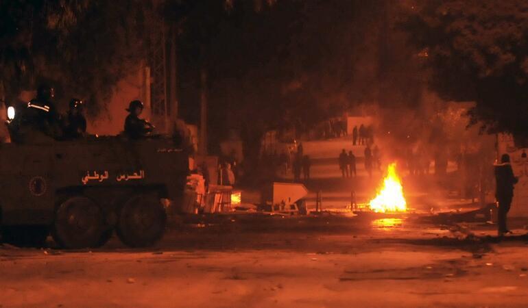 İrandan sonra o ülke karıştı Binlerce kişi sokakta...
