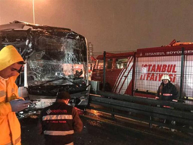 Son dakika... Metrobüs durağında feci kaza: Yaralılar var