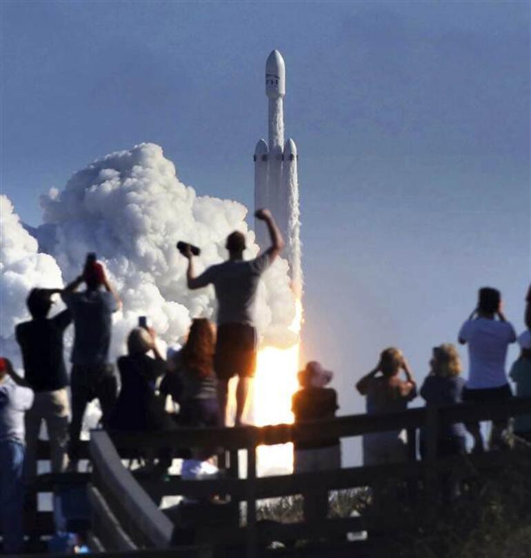 Son dakika: Tarihi gün... Falcon Heavy fırlatıldı