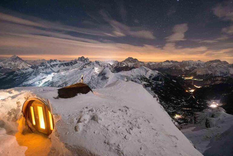 Lagazuoi Dağının karlı zirvesinde sauna keyfi