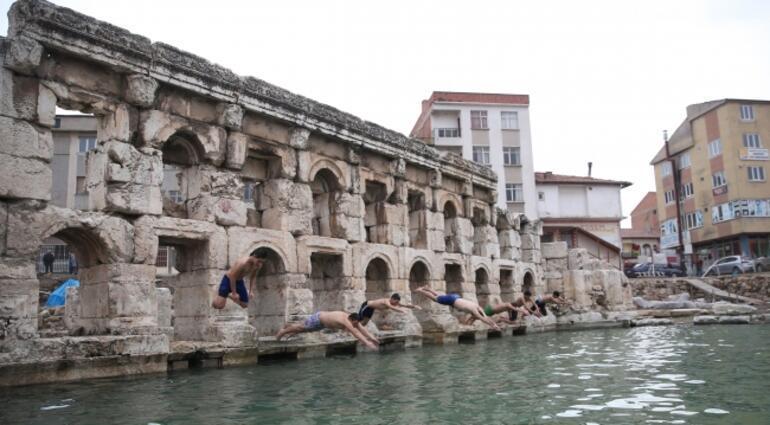 İki bin yıllık hamamda kış ortasında yüzme keyfi
