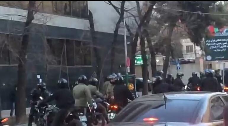 İranda polisle tarikat mensupları çatıştı