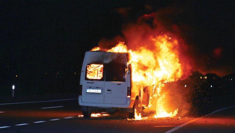 Sürüsüne çarpan minibüsü benzinle ateşe verdi ile ilgili görsel sonucu