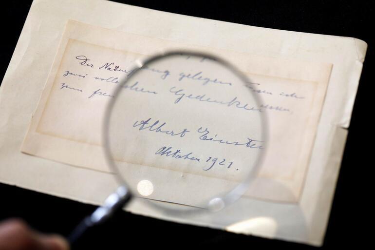Einstein'ın gizli aşkına yazdığı not açık artırmayla satıldı