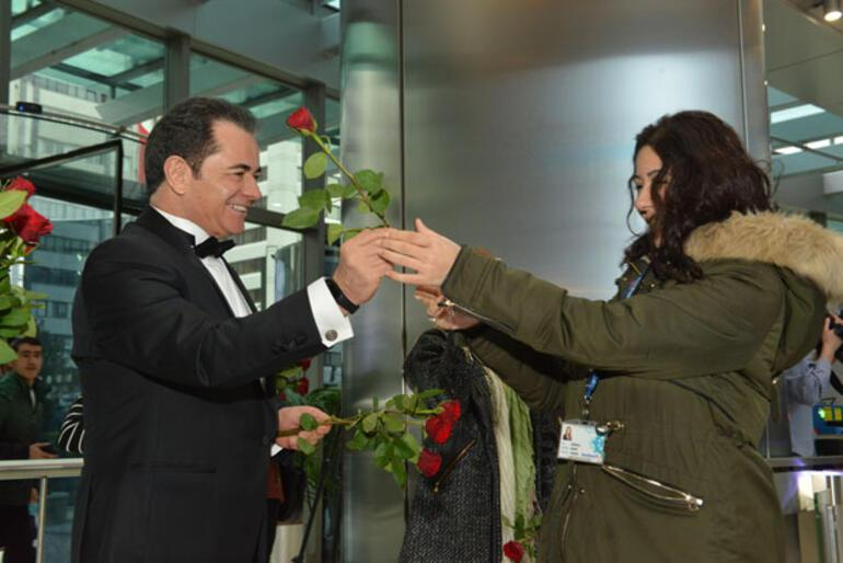Genel Müdür kadın çalışanları smokinle karşıladı