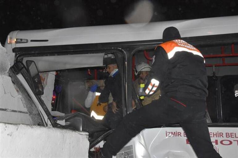 Korku dolu anlar... Servis otobüsü eve çarptı