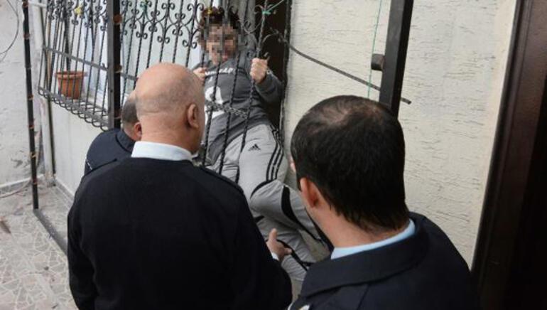 Eşi eve kilitledi, polis böyle kurtardı... Bir darbe de çilingir vurmuş