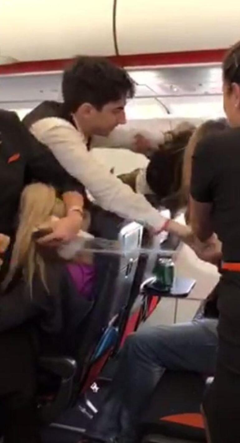 Dansçı kadınlar uçağı birbirine kattı