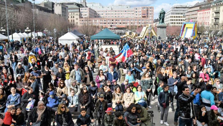 23 Nisan kutlamaları Londra'da sokağı kapattı, İsveçte 10 bin kişi katıldı