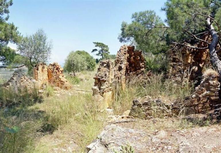Defineciler Çamlı Manastırı'nı delik deşik etti