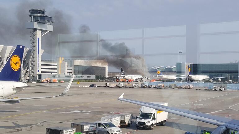 Son dakika Frankfurt Havalimanında korkutan yangın Uçağa sıçradı