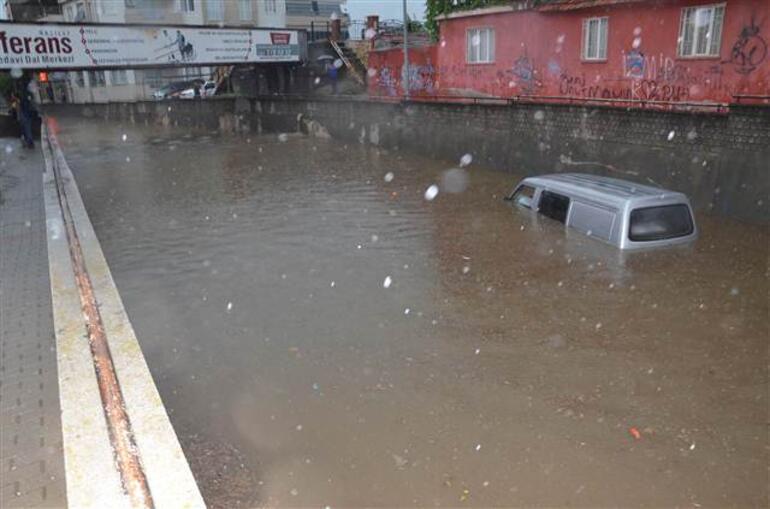 Yol çöktü, minibüs suya gömüldü