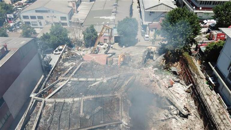 Yanan fabrikadan hala duman yükseliyor; yıkım çalışmaları başladı