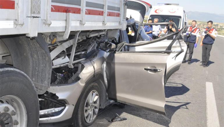 Otomobil TIRın altına girdi: 2 ölü, 6 yaralı