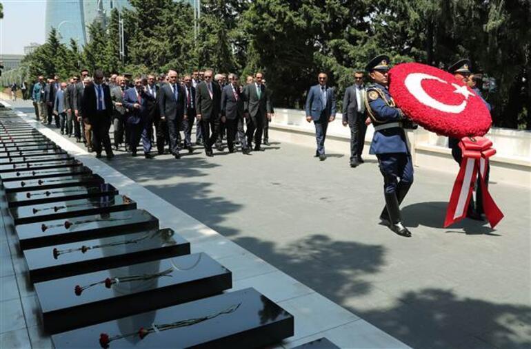 Cumhurbaşkanı Erdoğan Baküde Türk Şehitliğini ziyaret etti