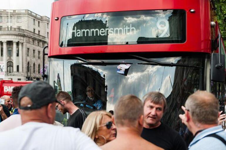 Başörtülü şoförün kullandığı otobüse aşırı sağcılar saldırdı