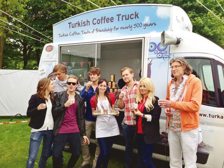 Bu kamyonla 6 ülke, 14 şehir gezdi 20 bin yabancıya Türk kahvesi ikram etti