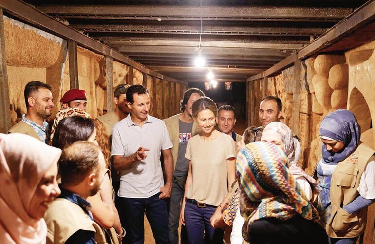 Suriye Devlet Başkanı Beşar Esad, meme kanseri olduğu açıklanan eşi Esma Esad ile birlikte Suriye'nin başkenti Şam'da bir tünelde incelemelerde bulundu. Cobar bölgesinde muhaliflerin kuşatma altındayken yaptığı tüneli inceleyen Esad çifti, 'ARAM' isimli sanatçı ekibi tarafından tünele çizilen resimler hakkında bilgi aldı.