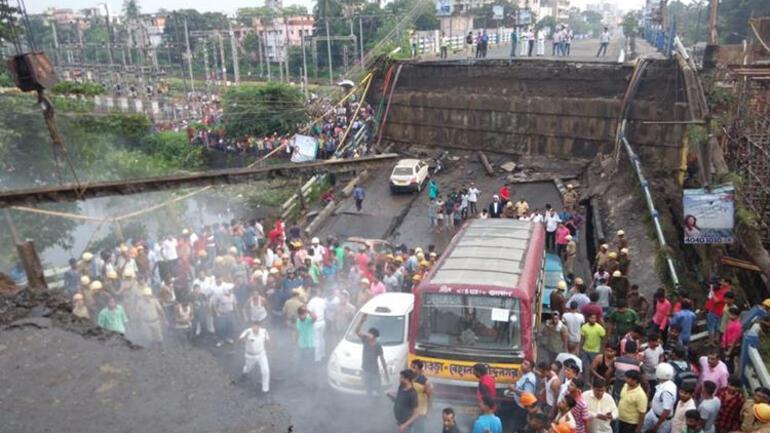 Son dakika Hindistanda otoyol çöktü