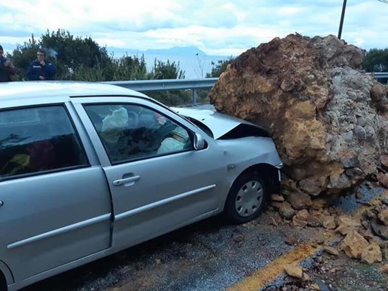 Şoke eden olay... Arabanın üstüne dev kaya parçası düştü