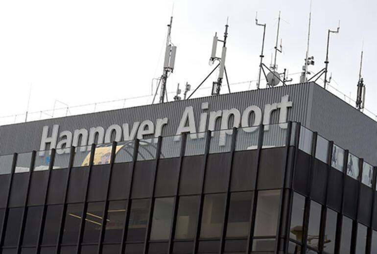 Otomobiliyle uçak pistine daldı havaalanı karıştı