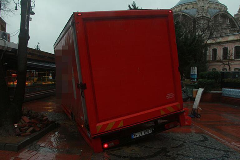 Ortaköyde kamyon yoldaki çukura düştü