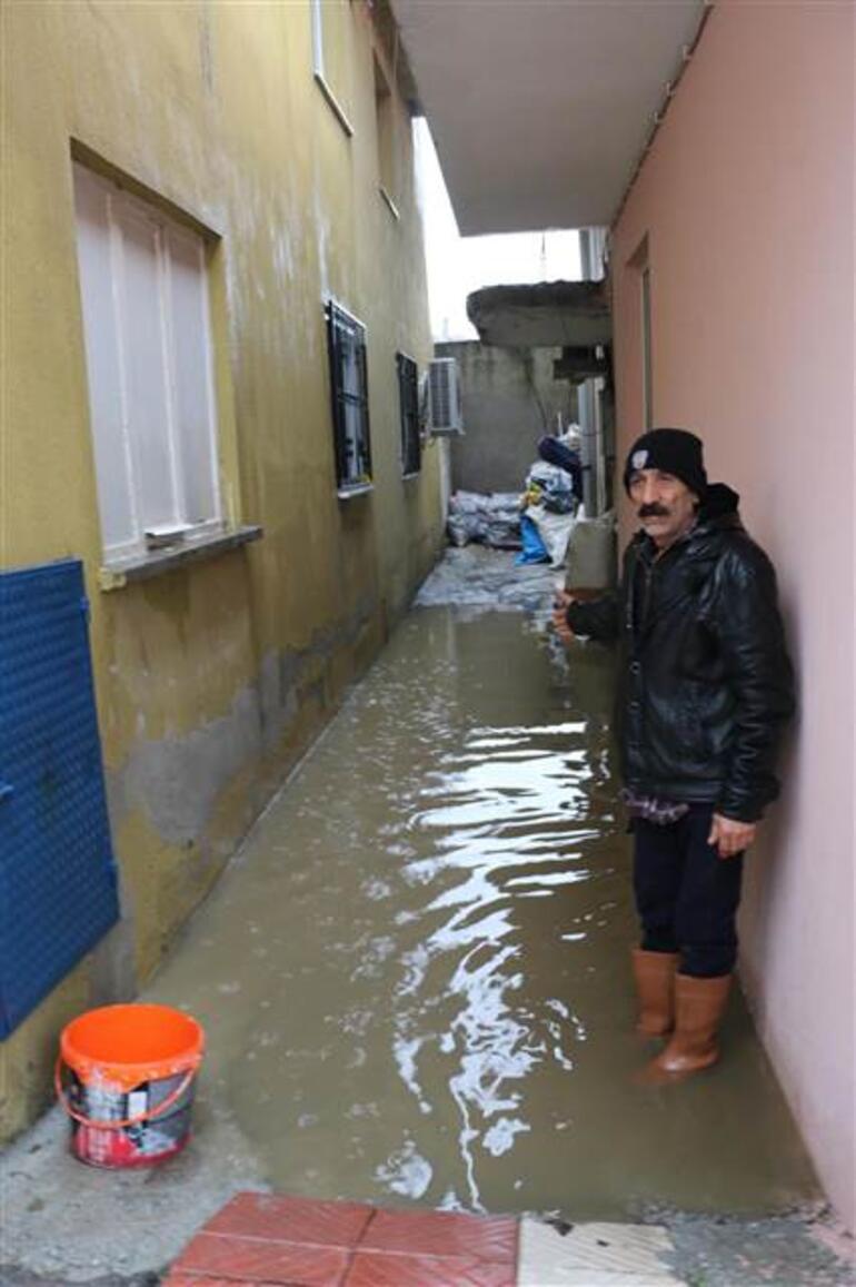 Manisa'da sağanak su baskınlarına yol açtı