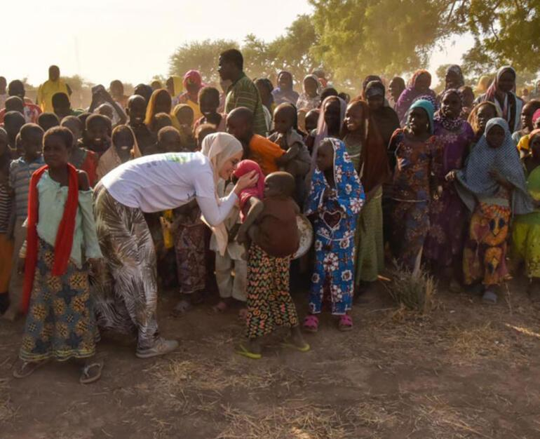Gamze Özçelik ve gönüllüler Kamerunda su kuyuları açtı