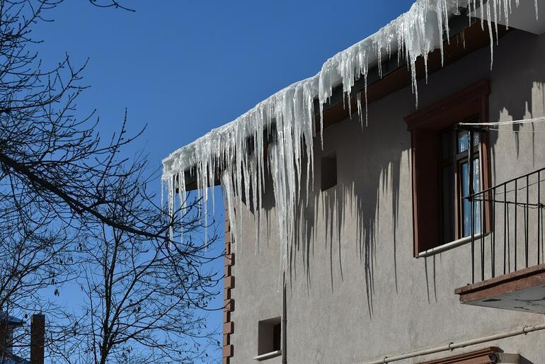 Türkiyede Sibiryayı aratmayan görüntüler Kaynar su dondu, vatandaş sokakta soba yaktı...